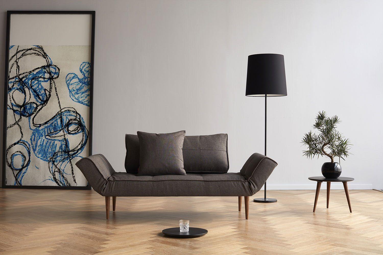 Miljöbild på Zeal dagbädd med tyg flashtex dark grey och ben styletto.