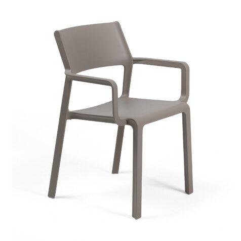 Trill karmstol i glasfiberförstärkt plast i färgen taup.