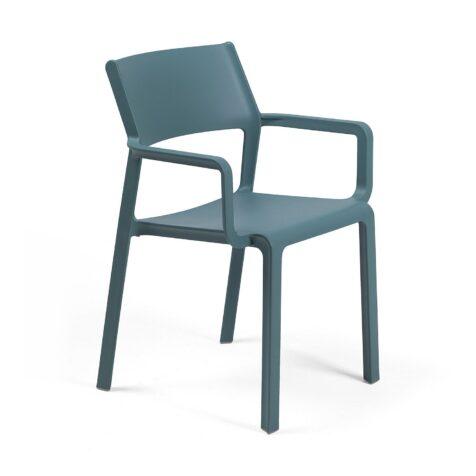 Trill karmstol i blågrönt.