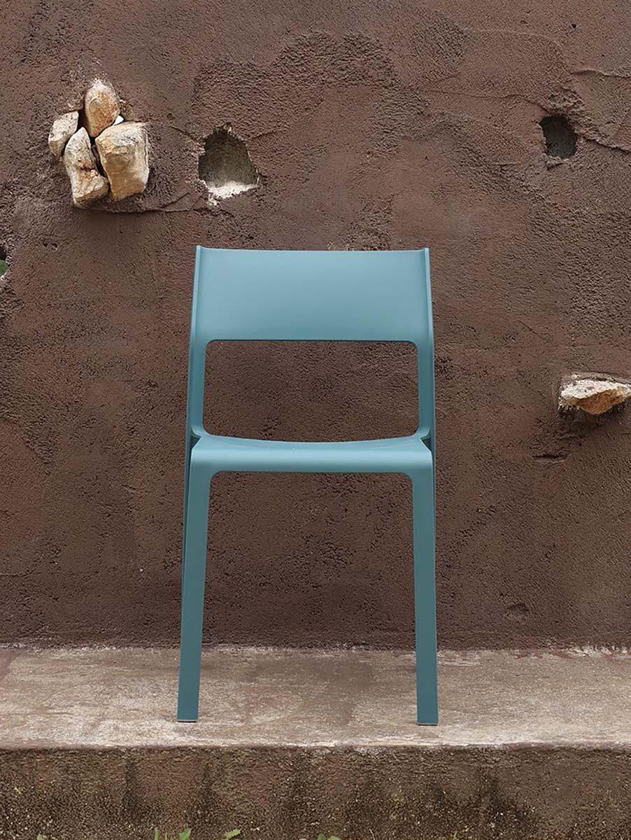 Miljöbild på Trill stapelstol i färgen blågrön.