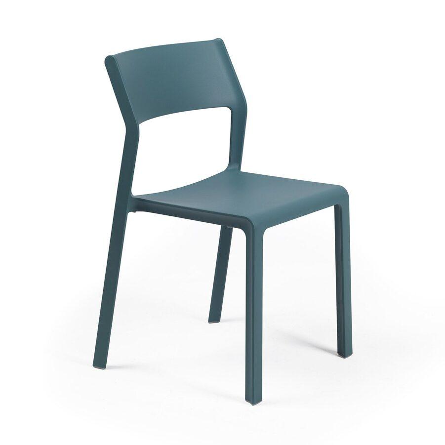 Trill stapelstol i färgen blågrön.
