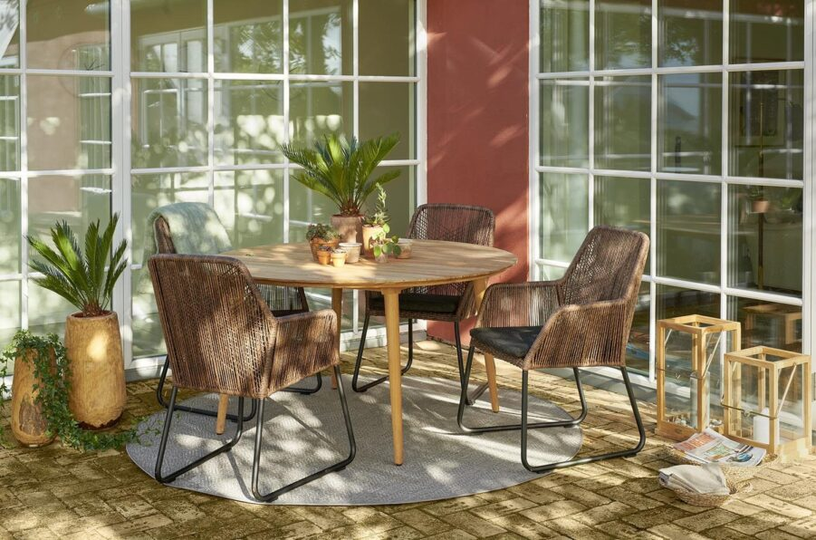 Miljöbild på Midway karmstol tillsammans med matbordet Rodena från Brafab.