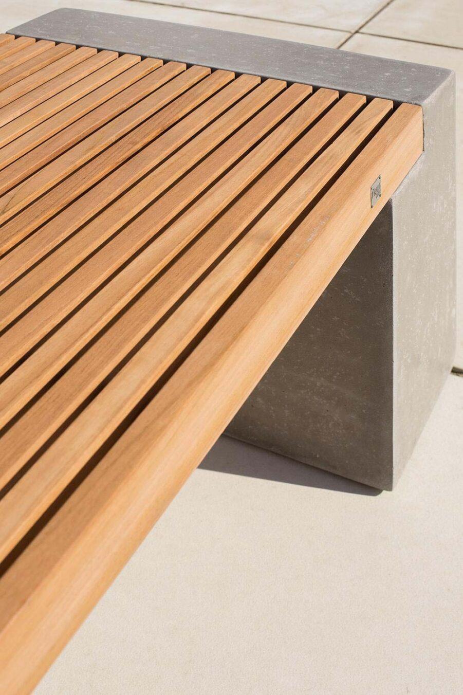 Detaljbild på Modulo bänk i teak och betong.