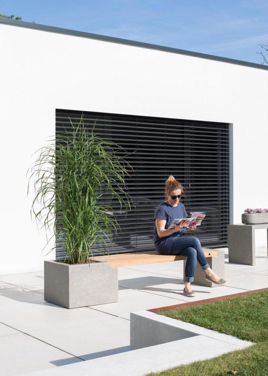 Miljöbild på Modulo bänk i teak och betong.