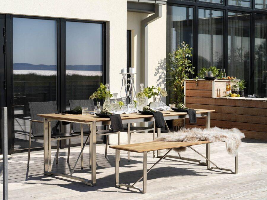 Miljöbild på Gotland matgtupp med bänk i teak.
