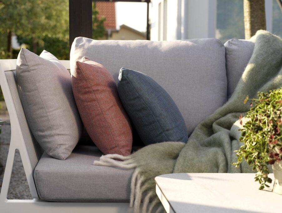Miljöbild på Sevran soffa med Nimy prydnadskuddar.