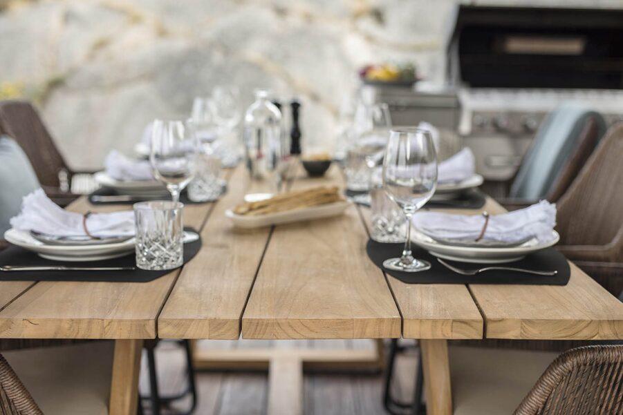 Detaljbild av Laurion matbord i teak.