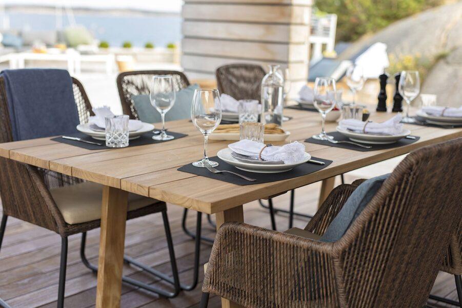 Miljöbild på Laurion matbord tillsammans med Midway karmstolar.