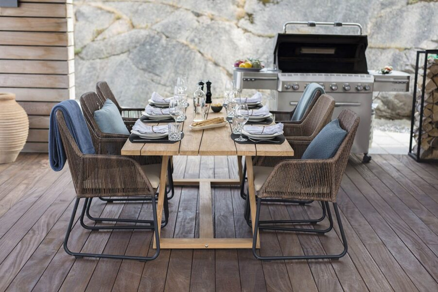 Miljöbild på matgrupp med teakbordet Laurion och Midway karmstolar.