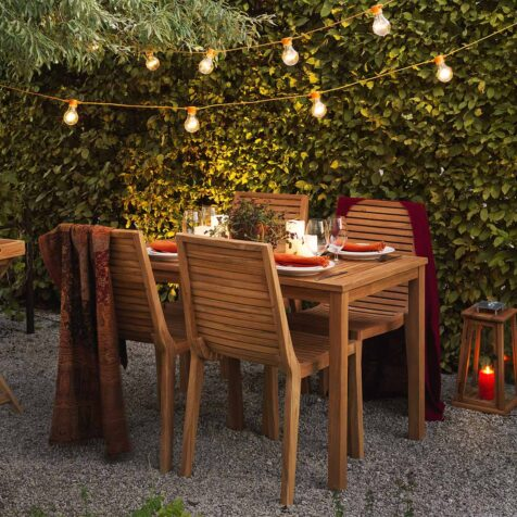Volos matgrupp i teak med stapelbara stolar.