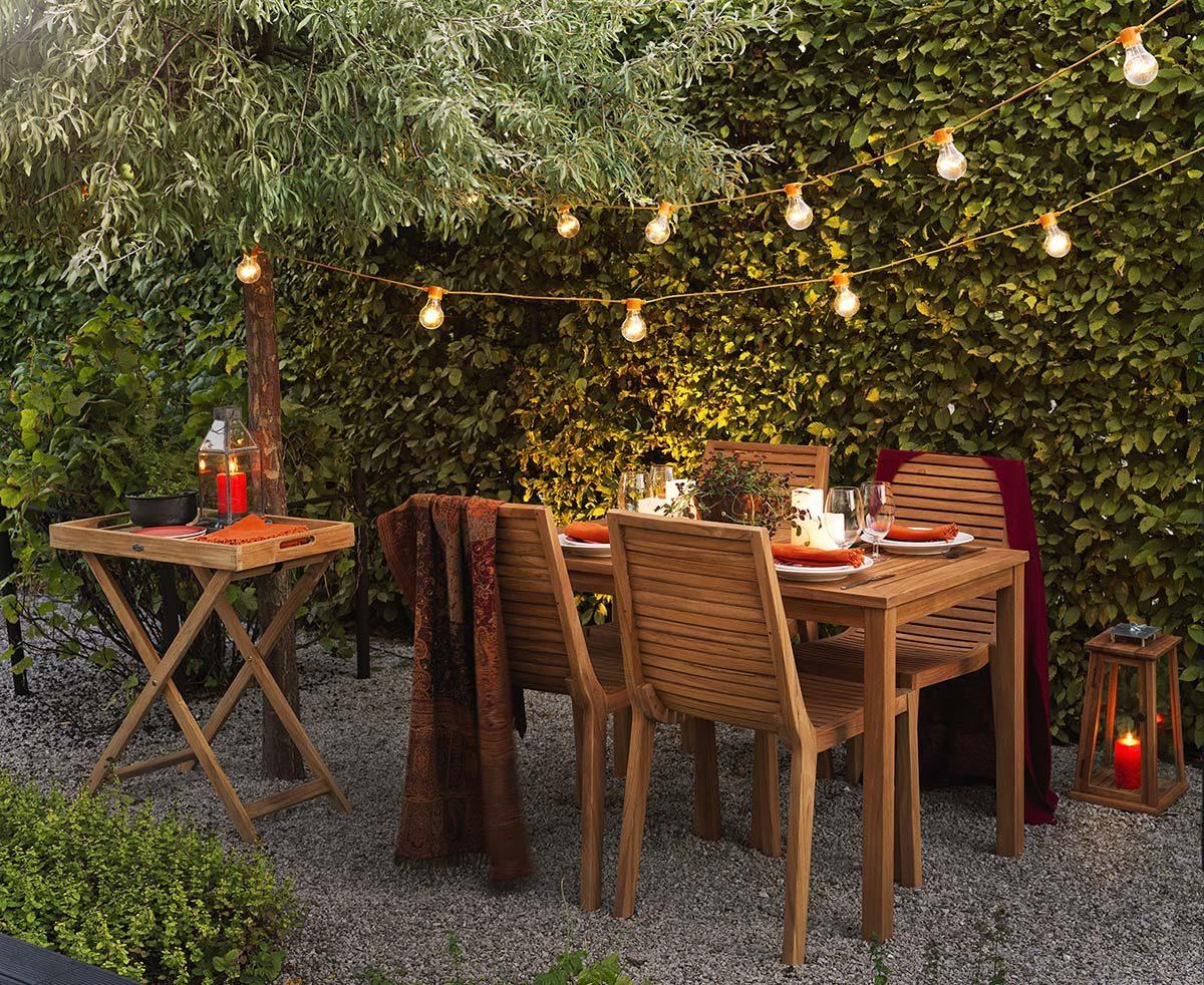 Milöjöbild på Volos matgrupp i teak med Turin brickbord på sidan.