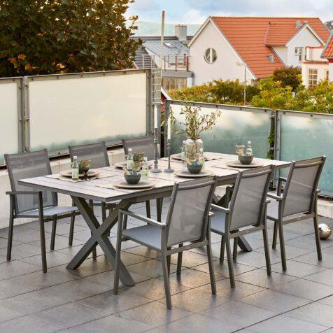 Hillmond bord med Avanti stapelstol från Brafab.