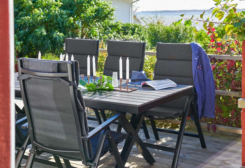 Creston positionsstolar med Leone matbord i svart från Brafab.