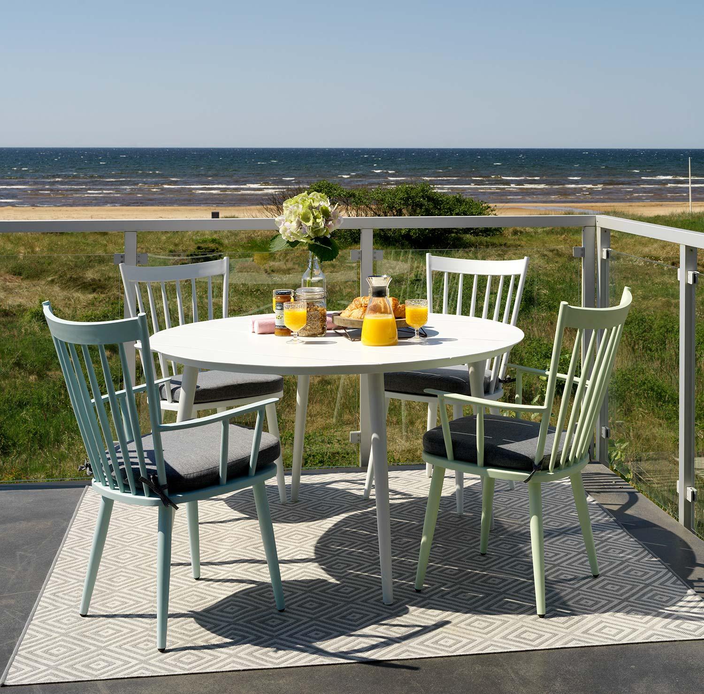 Alvena i vitt, blått och grönt med Grandby bord i vitt från Brafab.