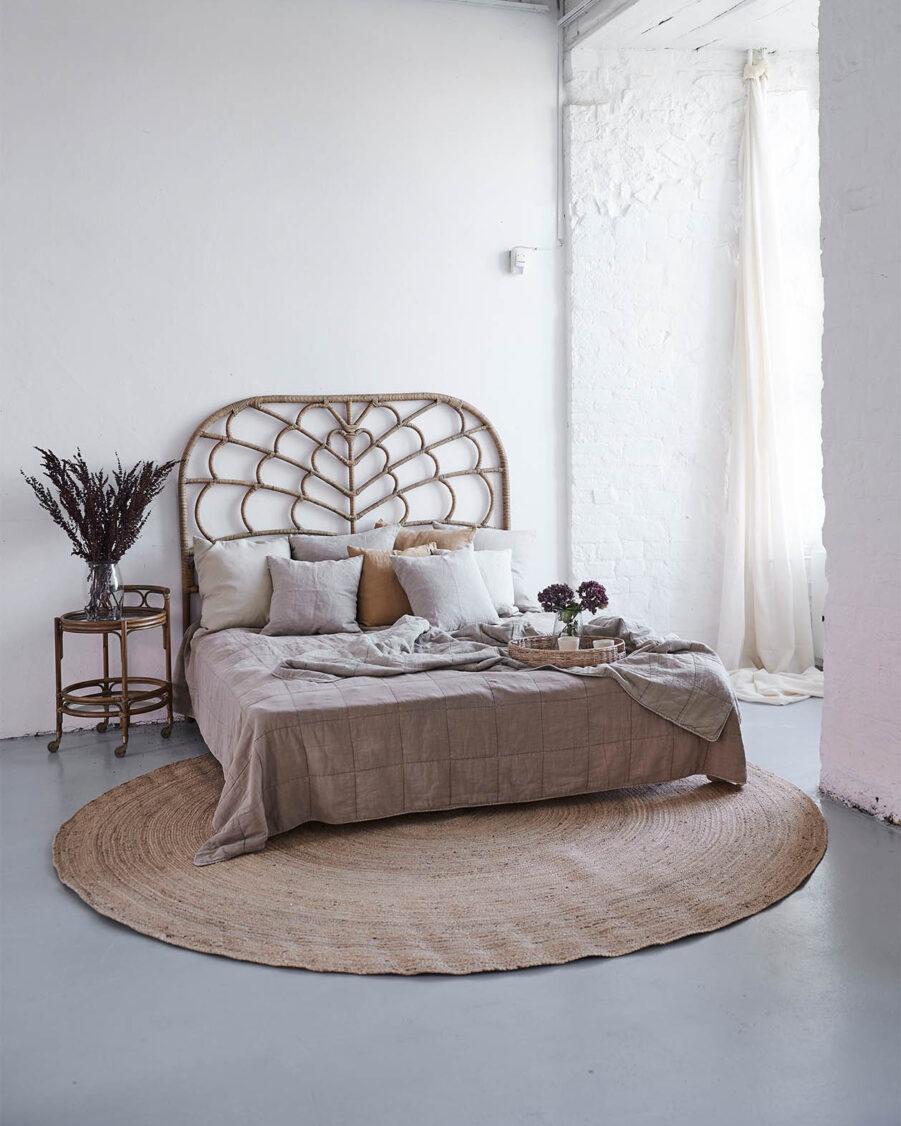 Celia sänggavel i färgen antik.