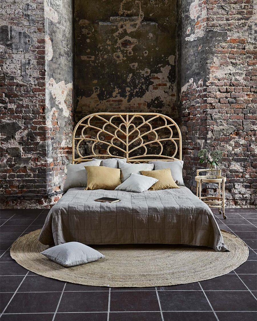 Miljöbild på Celia sänggavel i färgen natur.