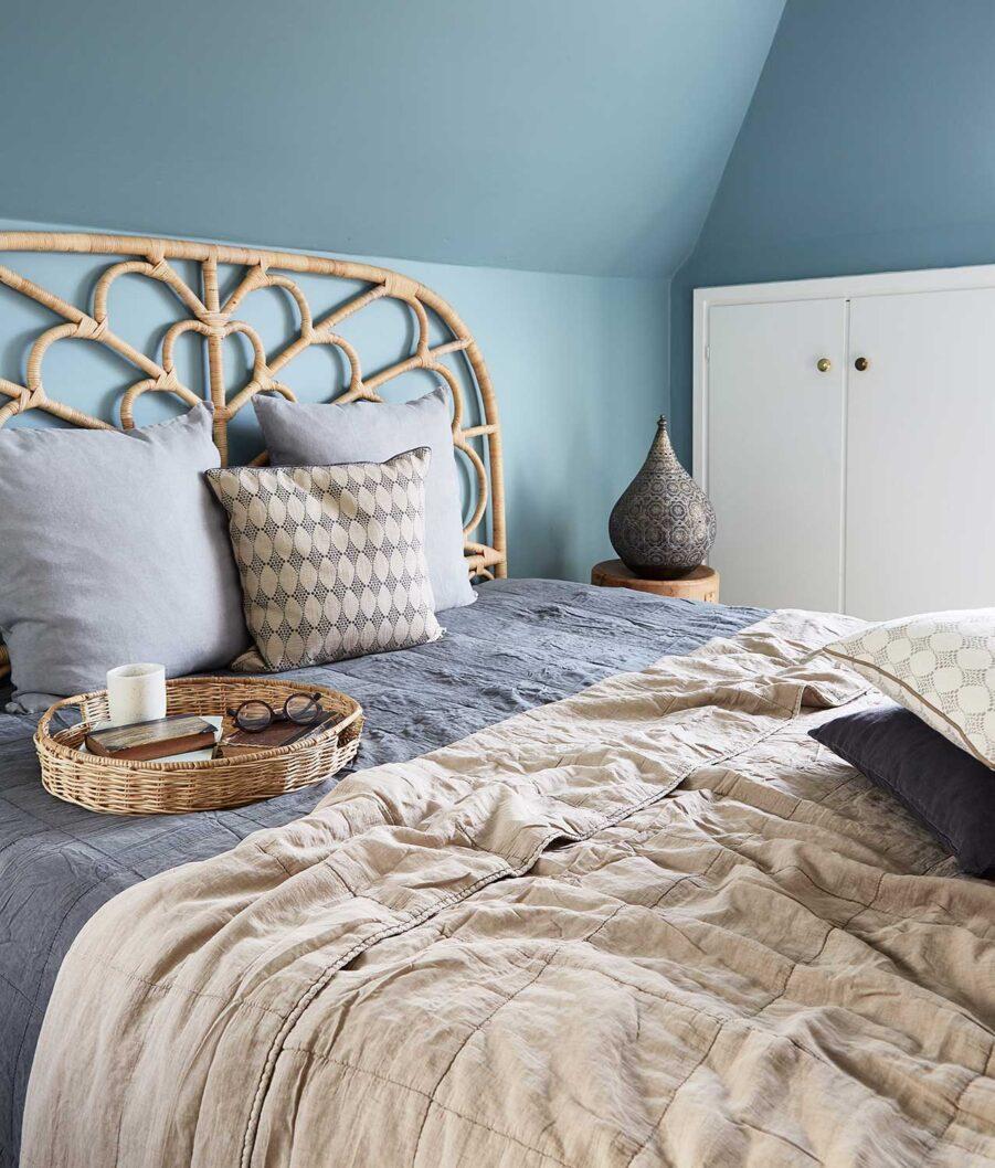 Celia sänggavel i naturfärgad rotting från Sika Design.