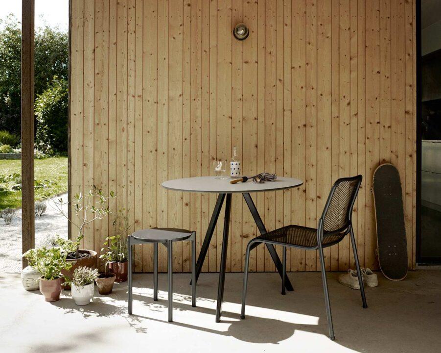 Overlap cafégrupp med Mira stol och Picnic pall från Skagerak i antracitgrått.