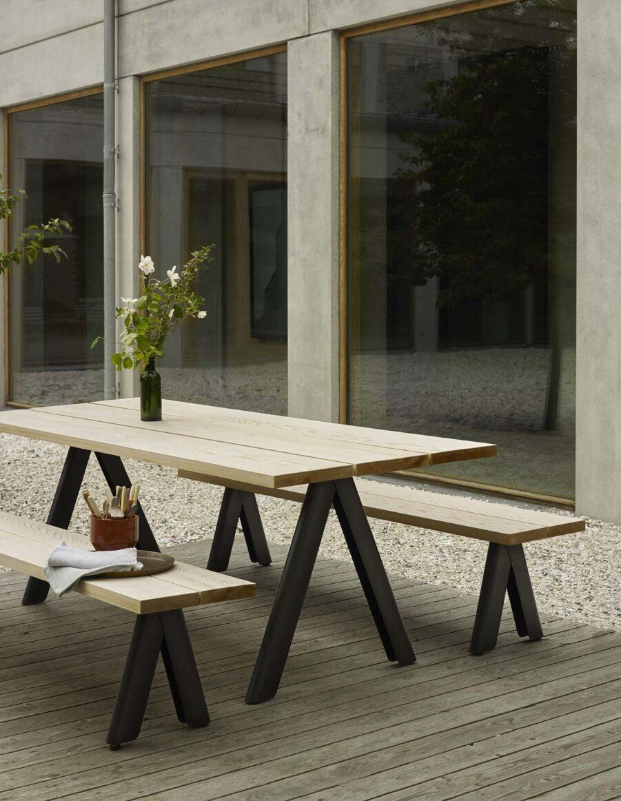 Miljöbild på Overlap matbord och bänkar från Skagerak.