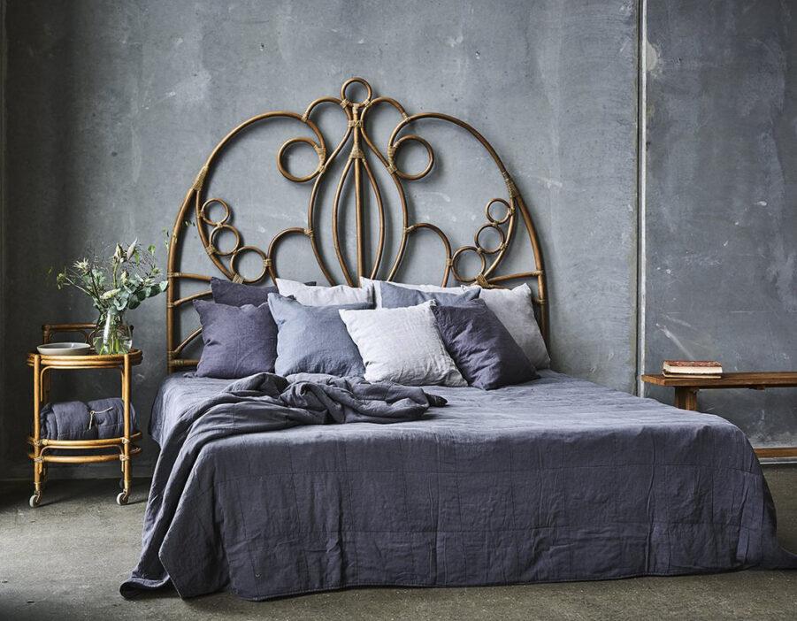 Natalia sänggavel i antikfärgad rotting från Sika Design.