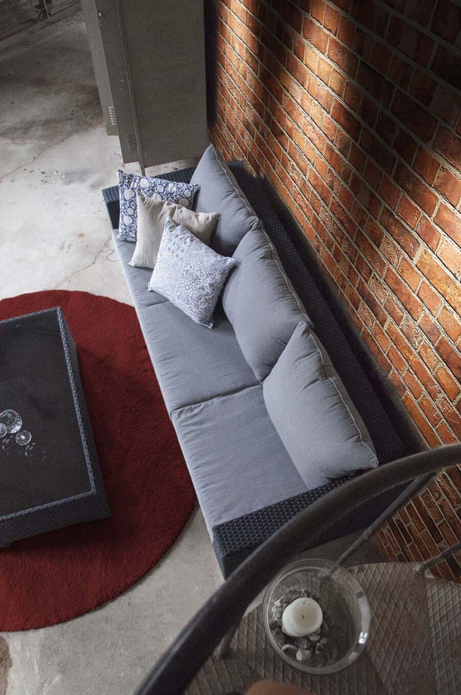 Miljöbild på Royal loungedynor i färgen betonggrått.