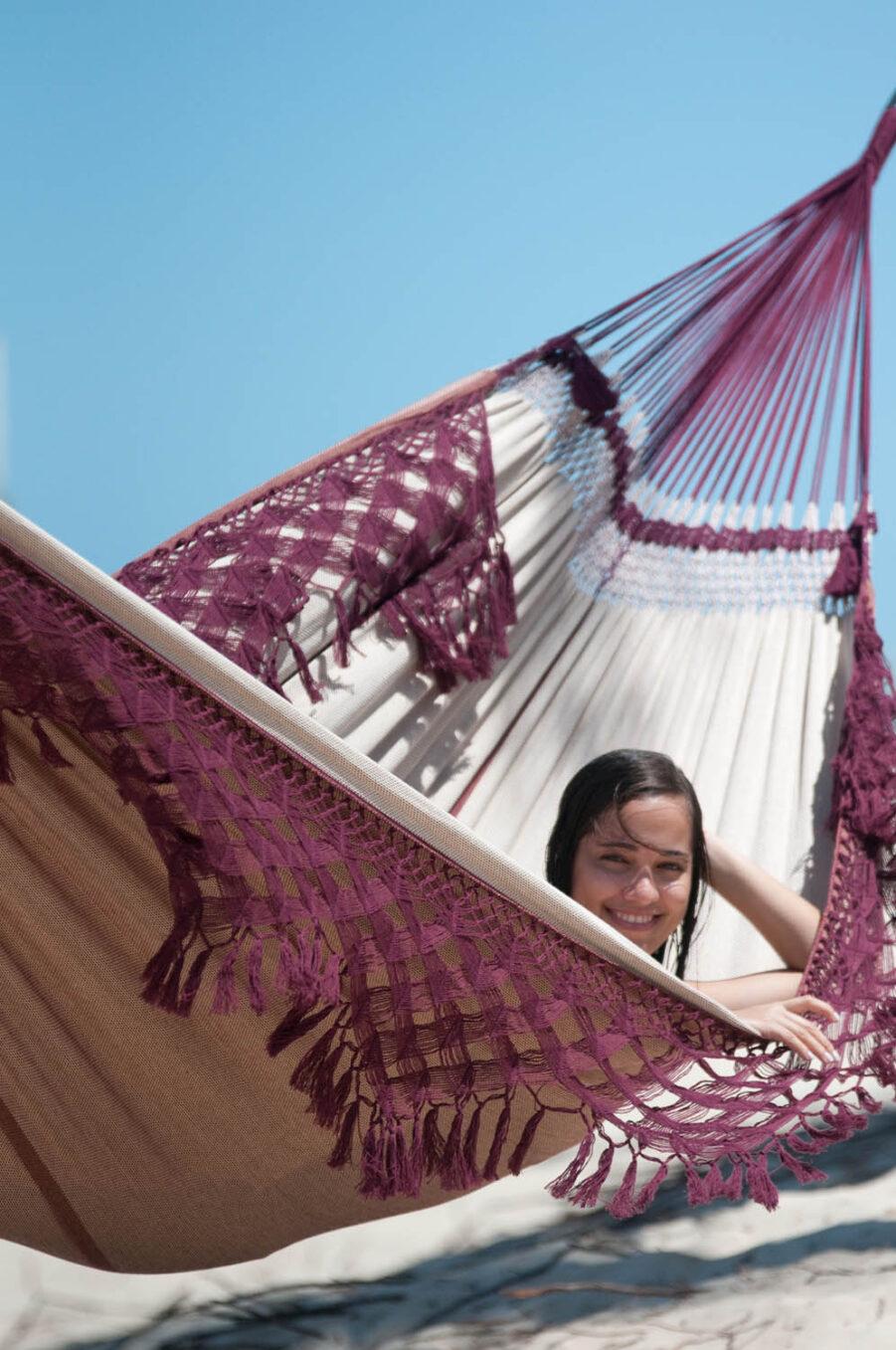 Miljöbild på Bossanova brasiliansk hängmatta i färgen bordeaux.