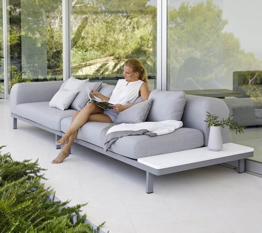 Miljöbild på Space soffa med avställningsyta i vit HI-core.