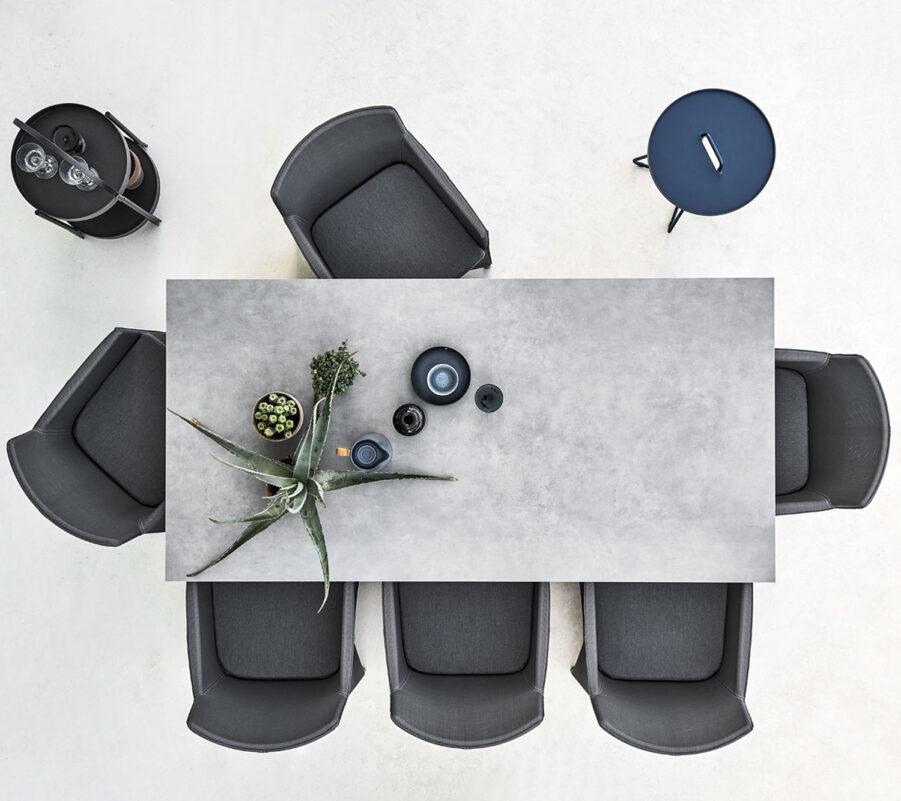 Miljöbild på Pure bord med bordsskiva i grå keramik..