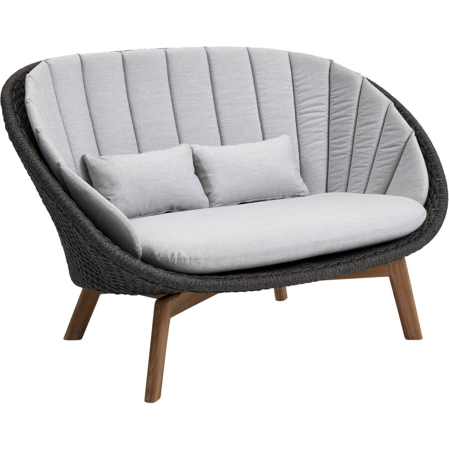 Peacock soffa i Cane-Line Rope med ljusgrå dynor.