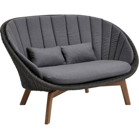 Peacock soffa med mörkgrå dynor i Sunbrella-tyg.