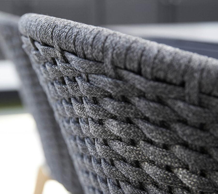Detaljbild på Peacock mörkgrå stol tillverkad i Cane-Line SoftRope.
