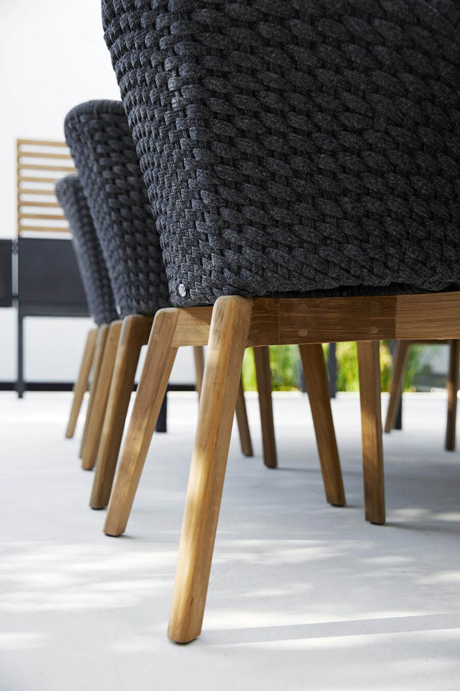 Detaljbild på stolen Peackock i SoftRope och teak.