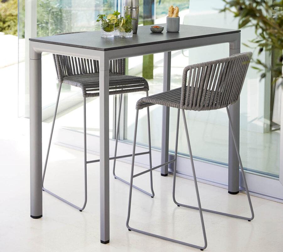 Miljöbild på Drop barbord med stolen Moments i grått SoftRope.