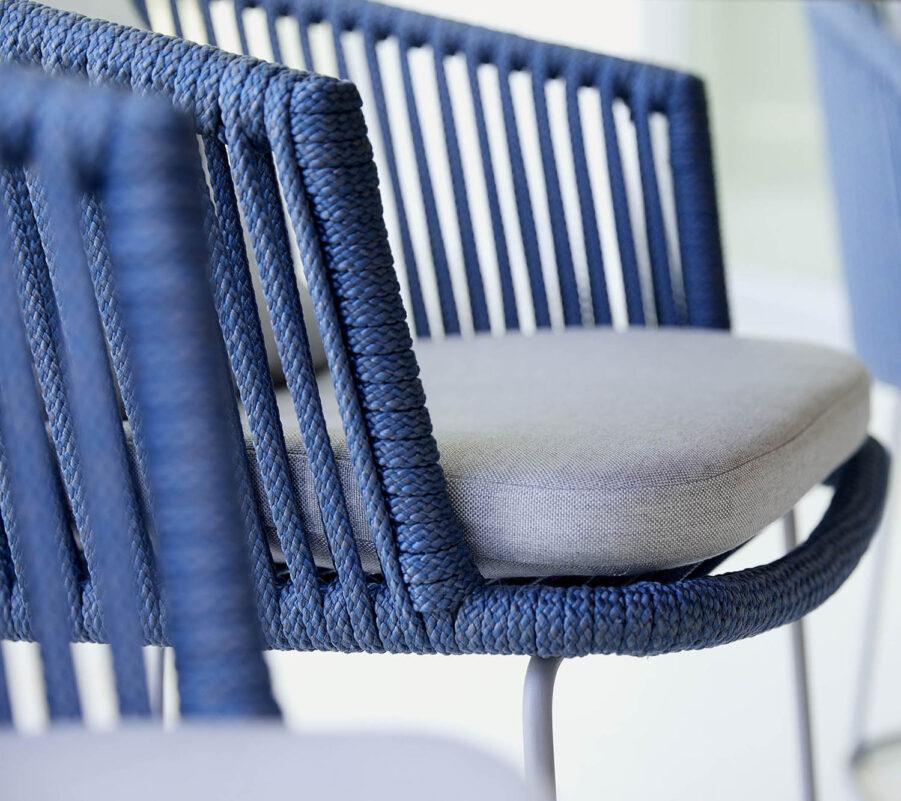 Detaljbild på Moments karmstol i blått.