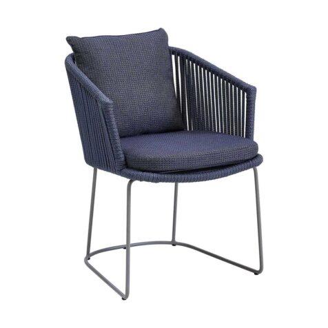 Moments karmstol i blått Cane-Line rep med blå dyna.