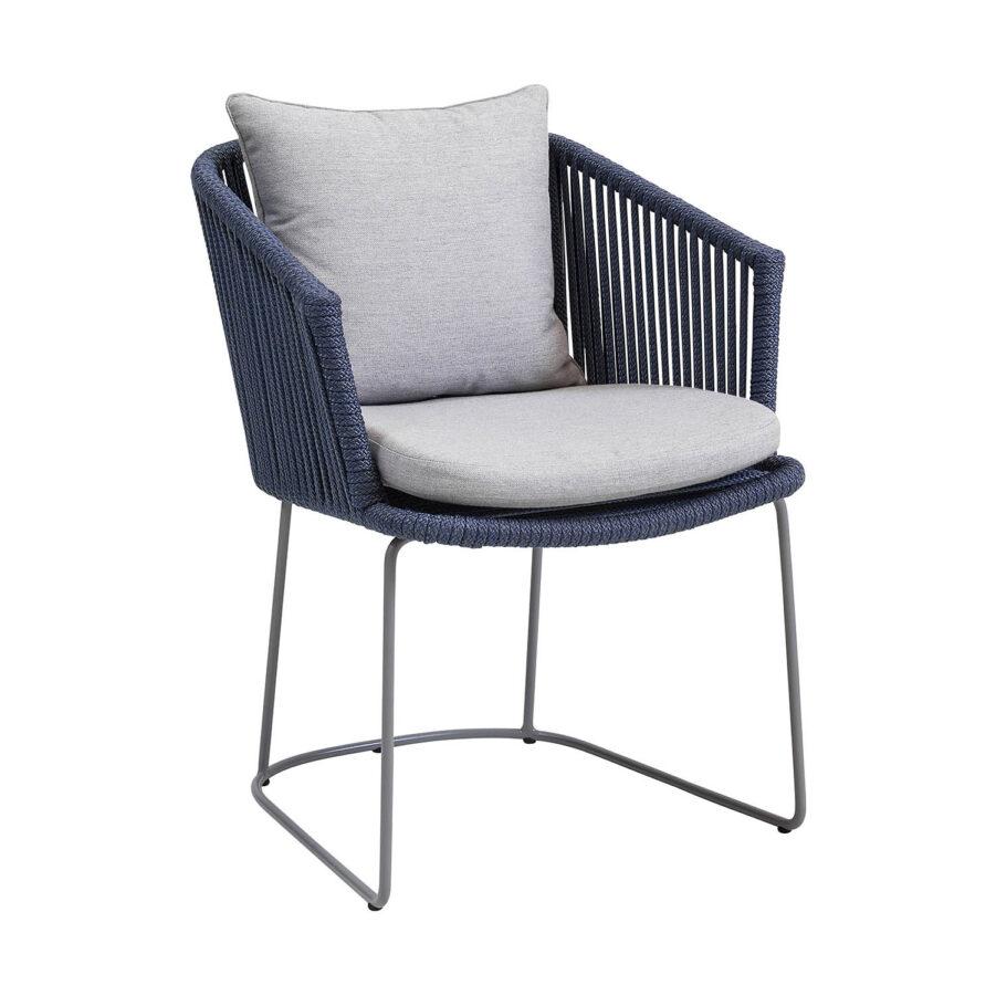 Moments karmstol i blått Cane-Line rep med ljusgrå dyna.
