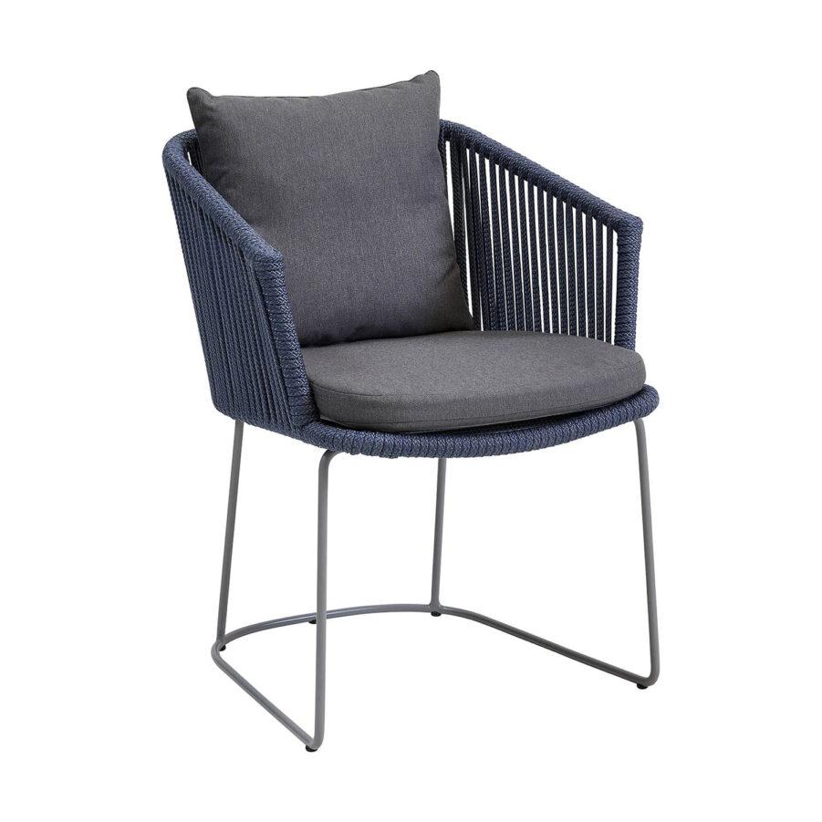 Moments karmstol i blått Cane-Line rep med grå dyna.