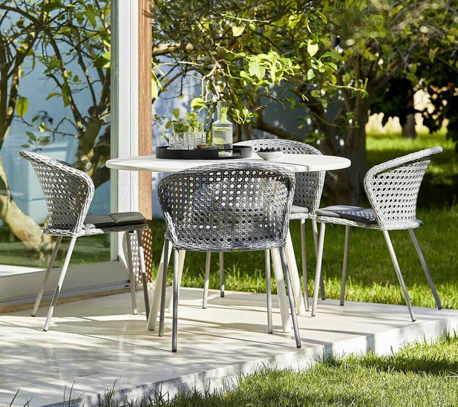 Miljöbild på Area matbord med stolen Lean i konstrotting.