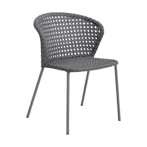 Lean stol i ljusgrå konstrotting i fransk flätning.