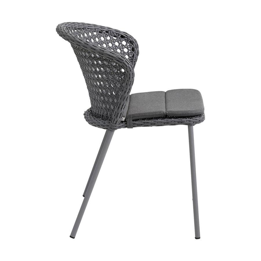 Lean stol i ljusgrått med dyna från Cane-Line.