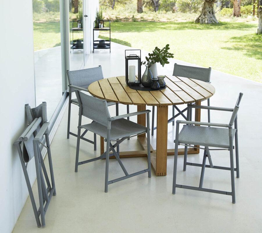 Miljöbild på Endess matgrupp i teak med stolar från Cane-Line.
