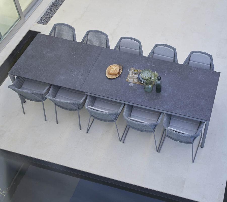 Miljöbild från Cane-Line på matbordet Drop med svart keramikbordsskiva.