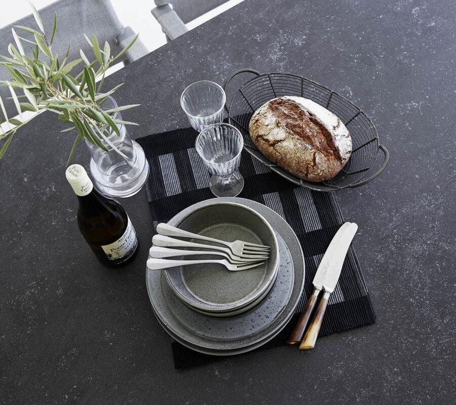 Detaljbild på keramikbordsskiva i svart.