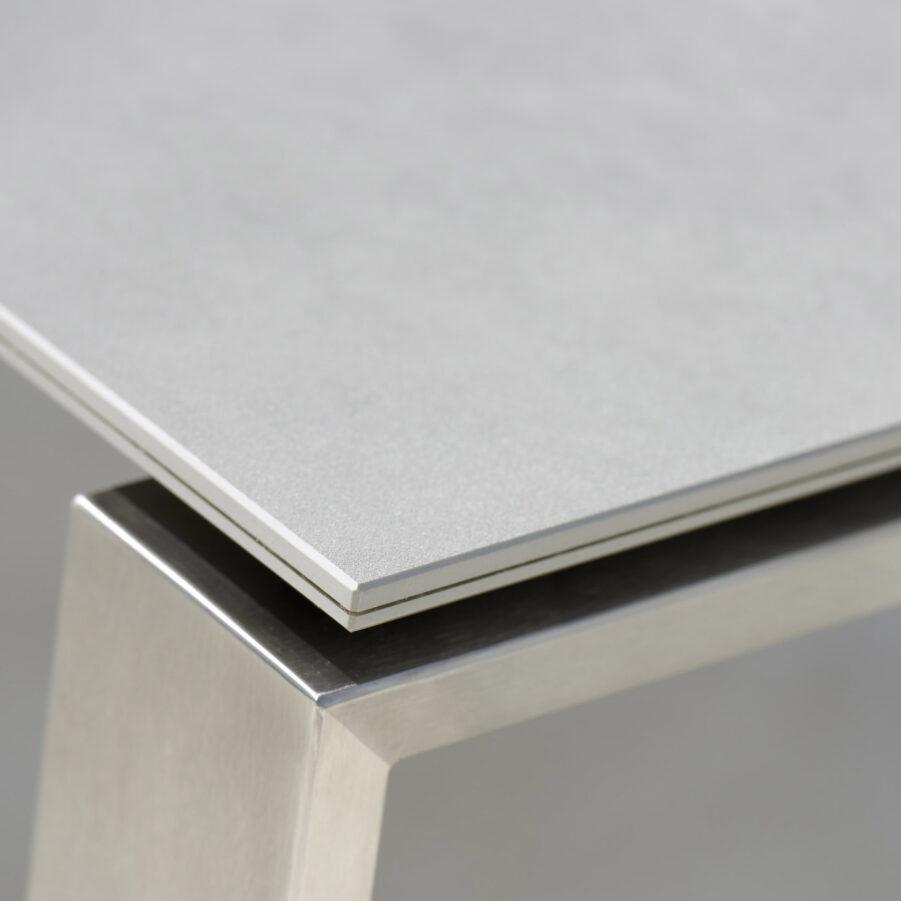 Detaljbild på keramikbordsskiva i betonggrått.