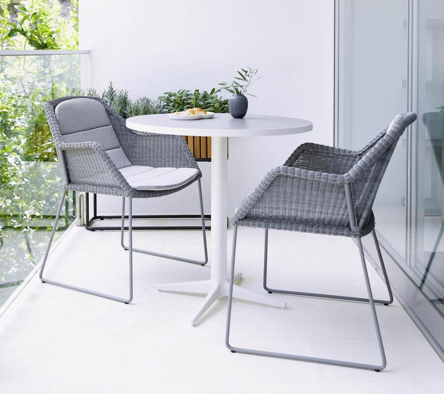 Miljöbild på Breeze karmstoler i ljusgrått med Drop cafébord.