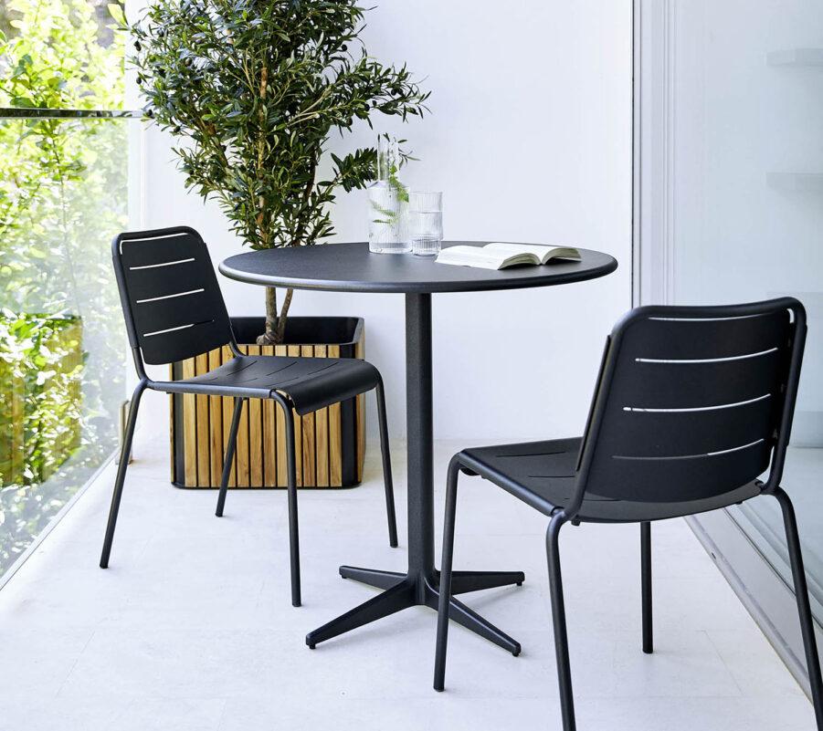 Caf´grupp med bordet Drop och stolarna Copenhagen i mörkgrå aluminium.