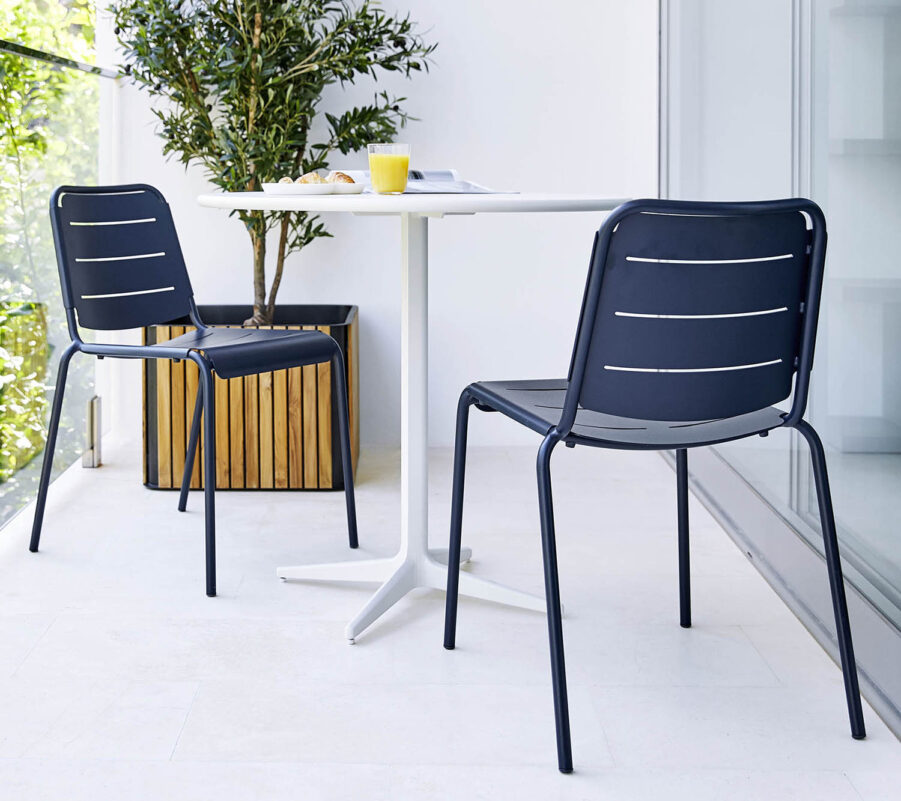 Miljöbild på blåa Copenhagenstolar med Drop cafébord.