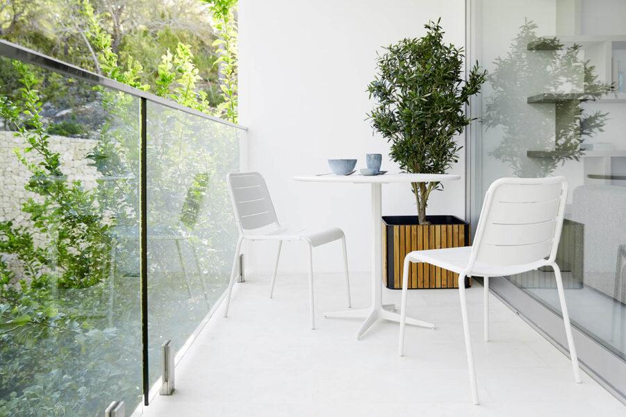 Miljöbild på Copenhagen stolar i aluminium med Drop cafébord.