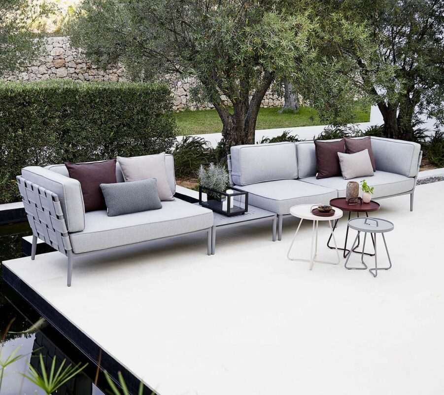 Miljöbild på Conic loungemöbler i ljusgrått.