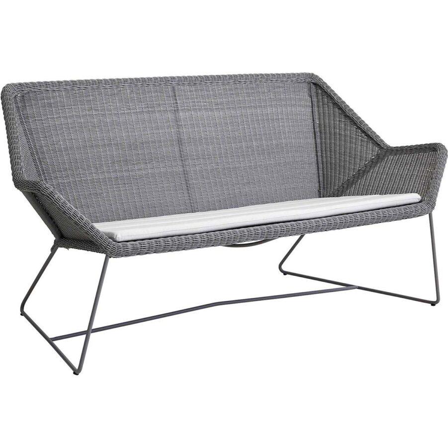 Breeze soffa i färgen ljusgrått med vit dyna.
